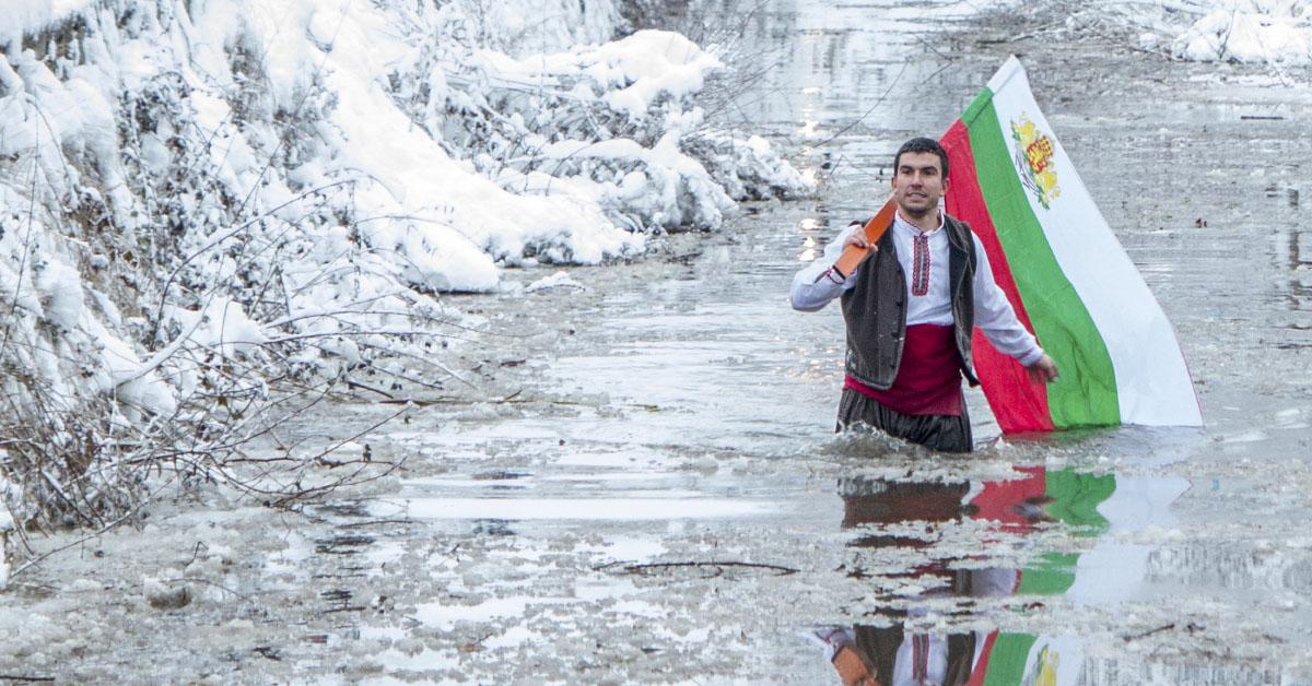 Мъжко хоро в река Тунджа