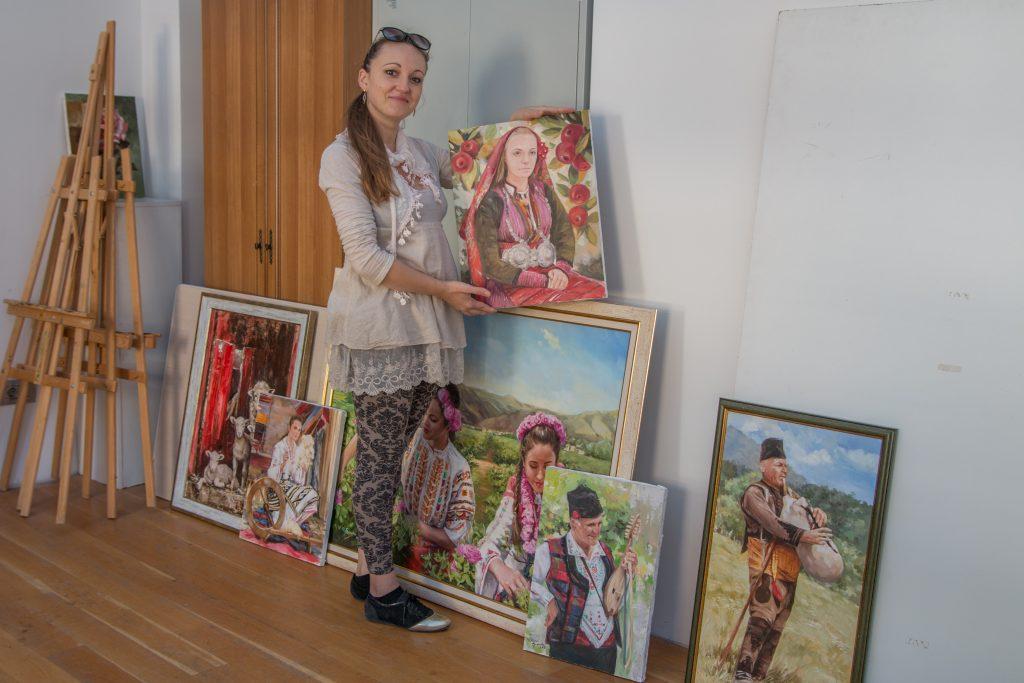 """Част от картините в благотворителната изложба """"НосиЯ до сърцето"""""""