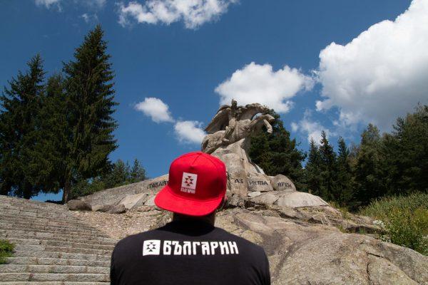 Червена шапка с права козирка БЪЛГАРИН