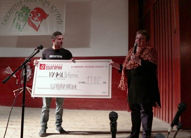 Изп. Директор на Фондация БЪЛГАРИН  връчва дарение за носии за най-малките възпитаници на НУФИ Филип Кутев на Директора г-жа Мария Градешлиева