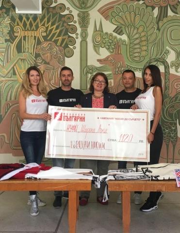Екипа на Фондация БЪЛГАРИН връчва дарението от народни носии на директора на НУФИ Широка Лъка г-жа Стоянка Тенова