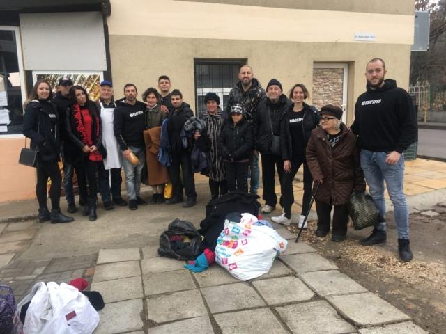 Екипа от доброволци на Фондация БЪЛГАРИН с хората в нужда пред общинска кухня гр. Варна